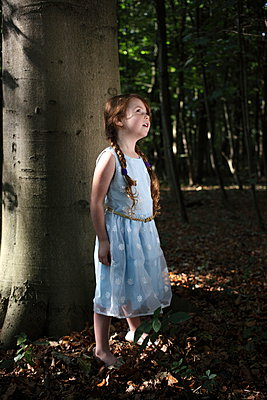 Little girl in the forest - p045m953738 by Jasmin Sander