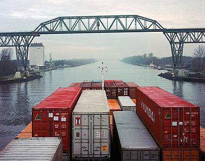 Nord-Ostsee-Kanal; Containerschiff - p1016m741993 von Jochen Knobloch