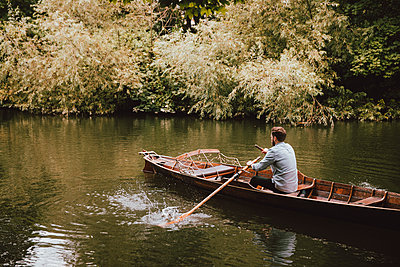 Man rowing canoe on tranquil River Avon, Bath, Somerset, UK - p301m2213613 by Toby Mitchell