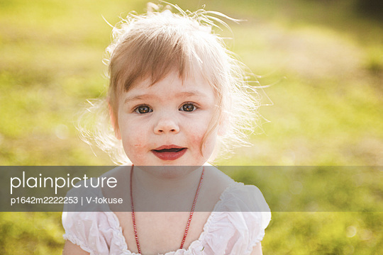Portrait of little girl with blond hair outdoors - p1642m2222253 by V-fokuse