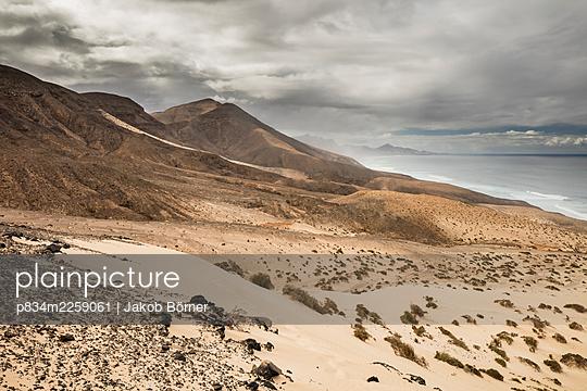Spain, Fuerteventura, Dunes on the Atlantic coast - p834m2259061 by Jakob Börner