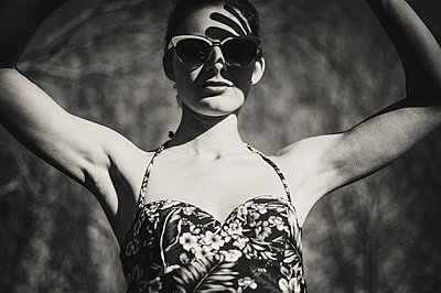 Woman wearing swimsuit and sunglasses - p1150m1194440 by Elise Ortiou Campion