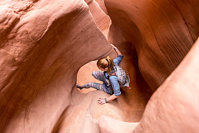 High angle view of woman hiking in Escalante Canyons - p1166m1488837 by Cavan Images