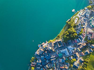 Austria, Salzkammergut, Sankt Wolfgang, Aerial view of Lake Wolfgangsee - p300m2042115 by JLPfeifer