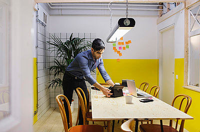 Young man using digital tablet at desk in board room at creative office - p426m1407157 by Maskot