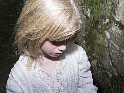 Blondes Mädchen - p945m2022638 von aurelia frey