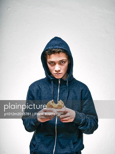 Junge mit Hamburger - p1012m2013781 von Frank Krems