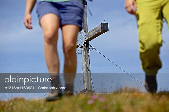 Zwei Wanderinnen auf dem Alpe-Adria-Trail, Gipfelkreuz im Hintergrund, Nockberge, Kärnten, Österreich - p1316m1160621 von Christoph Jorda