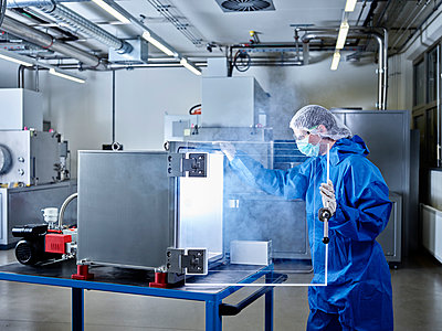 Chemist working in industrial laboratory clean room - p300m2079123 von Christian Vorhofer