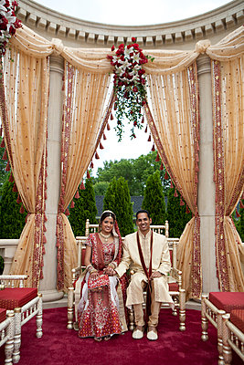 Indian bride and groom in traditional clothing - p555m1479674 by Jihan Abdalla