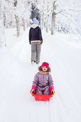 Finland, Kuopio, mother and daugher sledging - p300m2104378 by Petra Silie