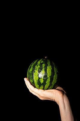 Süße kleine Wassermelone - p454m2217395 von Lubitz + Dorner