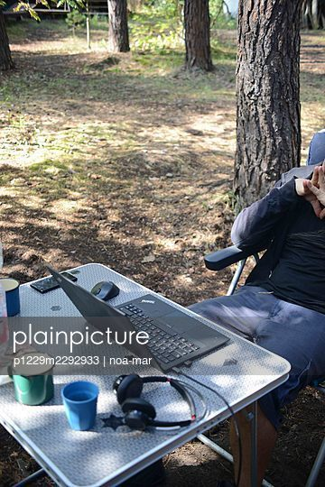 Man with laptop in the forest - p1229m2292933 by noa-mar