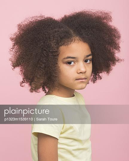 Portrait of a young girl - p1323m1539110 von Sarah Toure