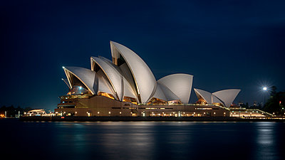 Sydney Opera House at night - p1154m1462060 by Tom Hogan
