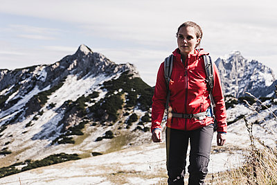 Austria, Tyrol, young woman hiking in the mountains - p300m1562573 by Uwe Umstätter