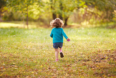 Girl in Park - p669m1520612 by Kelly Davidson