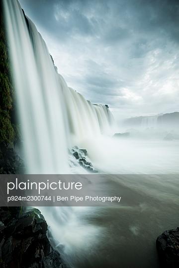 Brazil, Garganta do Diabo at Iguazu Falls in Iguacu National Park - p924m2300744 by Ben Pipe Photography