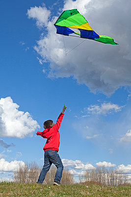 Chils flying a kite - p021m1015188 by Siegfried Kuttig