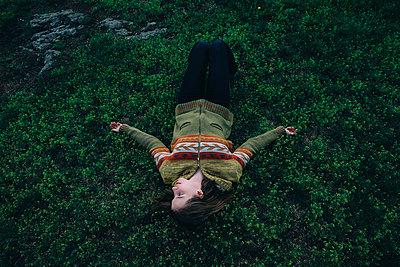 Caucasian woman laying in grass - p555m1531612 by Vladimir Serov
