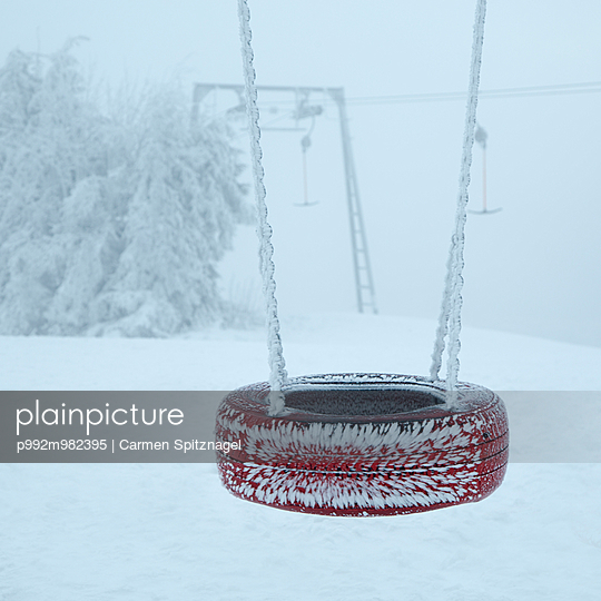 Schaukel im Winter - p992m982395 von Carmen Spitznagel