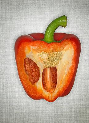 Paprika aufgeschnitten - p509m763067 von Reiner Ohms
