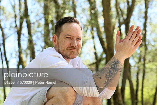 Porträt eines bärtigen Mannes mit Tatoe - p1258m1573228 von Peter Hamel