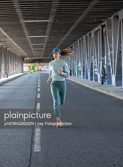 Woman jogging in Hamburg - p1678m2262229 by vey Fotoproduction