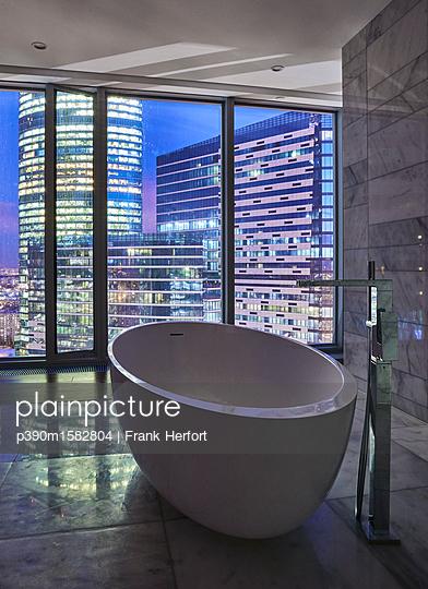 Badezimmer in einem Wolkenkratzer  - p390m1582804 von Frank Herfort