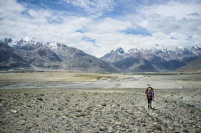 Einsamer Wanderer im Himalaya - p1046m815481 von Moritz Küstner