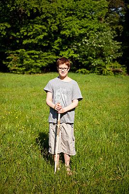Junge im Grünen - p1195m1138115 von Kathrin Brunnhofer