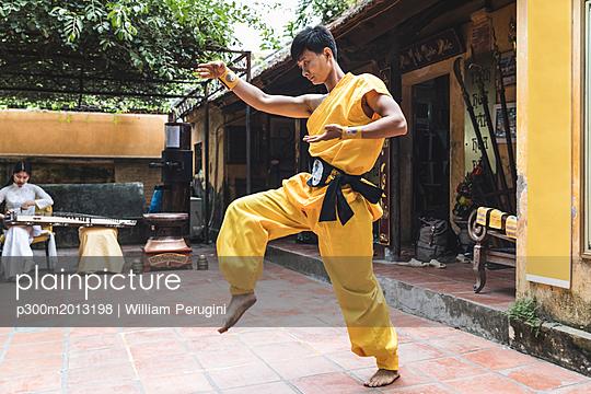 Vietnam, Hanoi, young man exercising Kung Fu - p300m2013198 von William Perugini