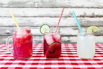 Sommer-Cocktails - p1094m1015338 von Patrick Strattner