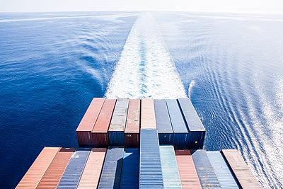 Containerschiff in voller Fahrt - p1157m1041446 von Klaus Nather