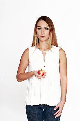 Junge Frau mit Apfel in ihrer Hand - p1221m1196234 von Frank Lothar Lange
