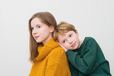 Portrait of sisters - p1323m1516263 von Sarah Toure