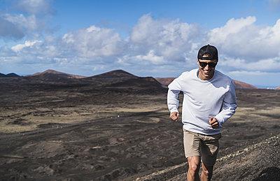 """Young tourist boy visiting """"el cuervo"""" volcano, lanzarote, spain - p300m2256605 von SERGIO NIEVAS"""