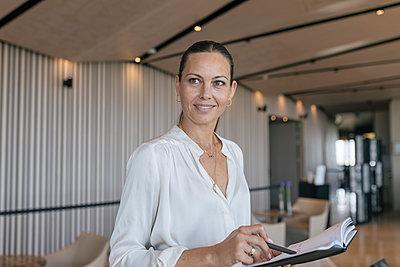 Middle age woman business indoor, Seville, Spain - p300m2286205 von Julio Rodriguez