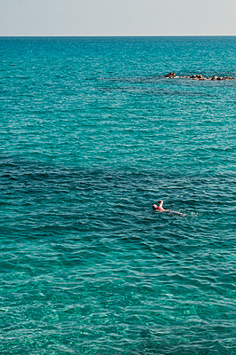 Swimmer in the sea - p947m2119423 by Cristopher Civitillo