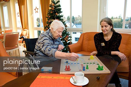 Senioren beim Brettspiel  - p6430164 von senior images