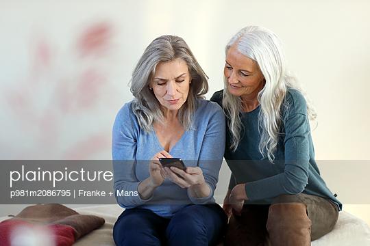Am Smartphone - p981m2086795 von Franke + Mans