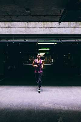 Man running in car park - p300m1192238 by Boy photography