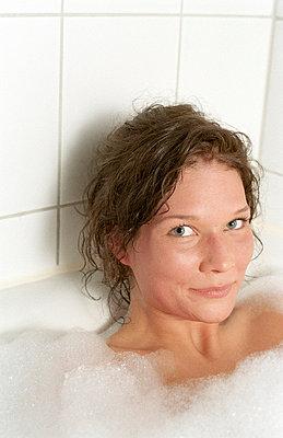 Frau badet - p4470270 von Anja Lubitz