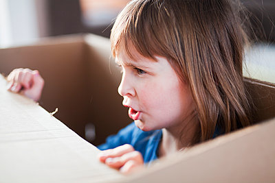 Girl playing with cardboard box - p699m2007783 by Sonja Speck