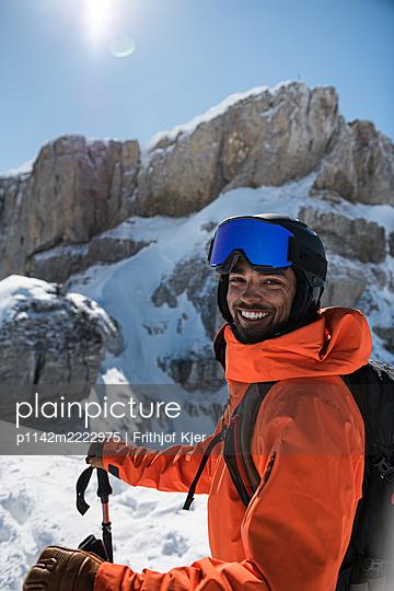 fröhlicher Skifahrer an sonnigem Tag in den Bergen - p1142m2222975 von Frithjof Kjer