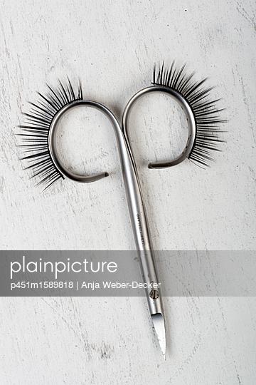 Nagelschere mit künstlichen Wimpern - p451m1589818 von Anja Weber-Decker