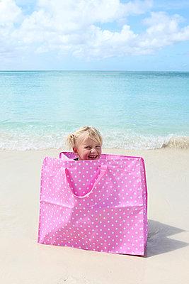 Kleines Mädchen mit guter Laune - p045m899642 von Jasmin Sander