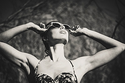 Woman wearing sunglasses and swimsuit - p1150m1194437 by Elise Ortiou Campion