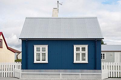 Iceland, Eyrarbakki, small blue one-family house - p300m1028877f by Kerstin Bittner