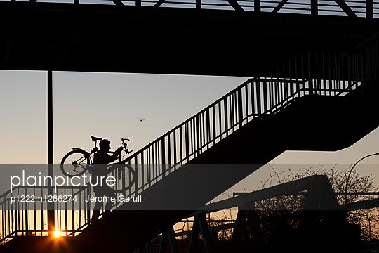 Mit dem Fahrrad die Treppe hinauf - p1222m1286274 von Jérome Gerull